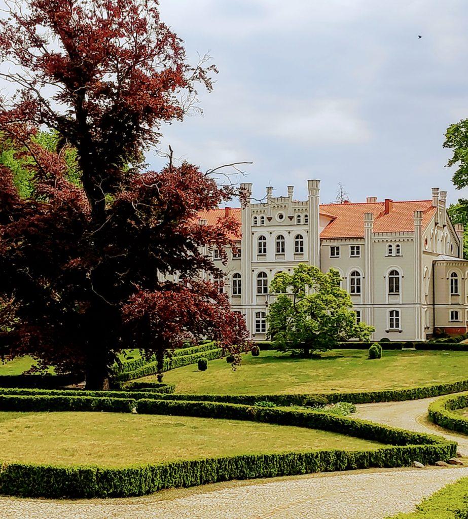 Milicz – ruiny zamku książąt oleśnickich, Pałac klasycystyczny Maltzanów, park pałacowy.