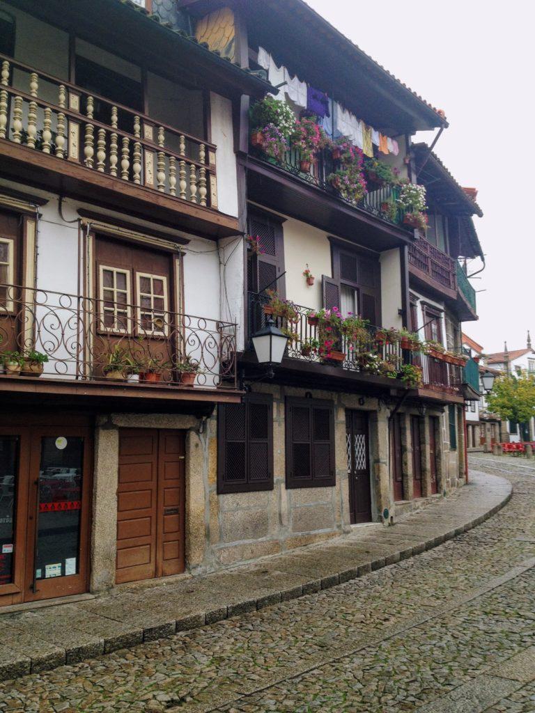 Senna uliczka wGuimaraes – przypominająca trochę włoskie południe.