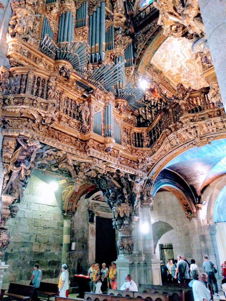Zachwycające organy poobu stronach wejścia dokatedry wBradze.