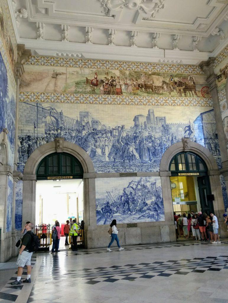 Stacja Sao Bento zpięknymi azulejos