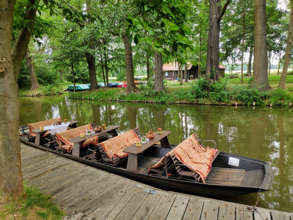 Płaskodenna łódź obwożąca turystów pokanałach Spreewaldu