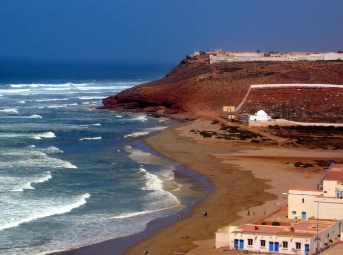 Kolory Maroka – czerwone klify nad błękitem oceanu