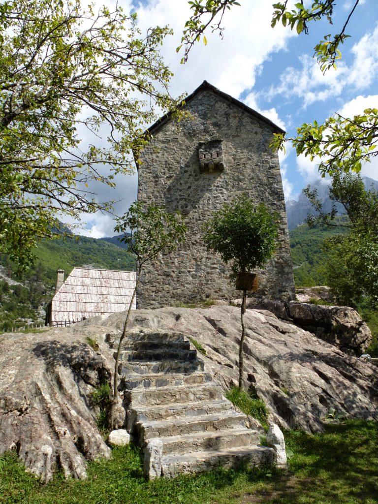 Theth – Kulla e Ngujmit – wieża odosobnienia ipojednania.