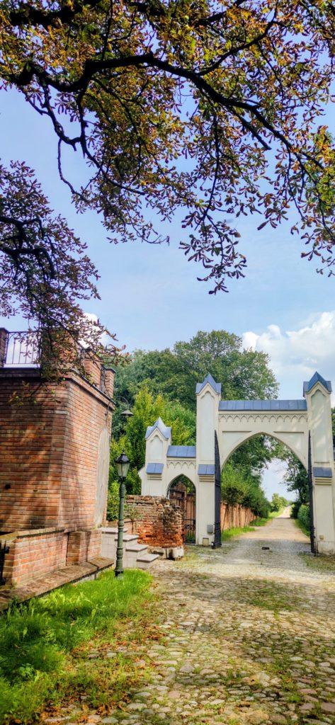 Brama wjazdowa dopałacu