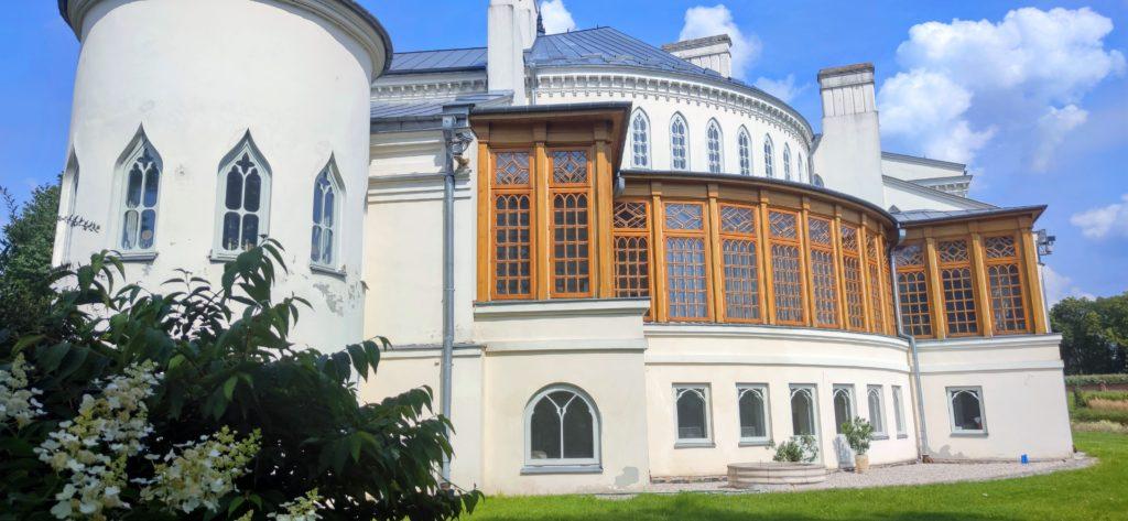 Pałac odstrony ogrodu zprzepiękna galerią